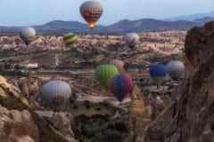 Goreme Cappadocia, Turkiet - 10 Juni, 2018: sikt av färgrika ballonger för varm luft som flyger över den röda dalen på soluppgång Fotografering för Bildbyråer