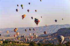 Goreme Cappadocia, Turkiet - 10 Juni, 2018: sikt av färgrika ballonger för varm luft som flyger över den röda dalen på soluppgång Arkivfoton