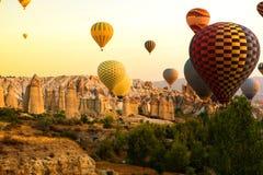 Goreme, Cappadocia, Turkije op zonsondergang Beroemd centrum van ballonfligths stock afbeelding