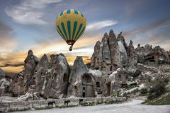 Goreme parkerar i Turkiet Ballong för varm luft, museum för öppen luft, Cappado Royaltyfria Foton