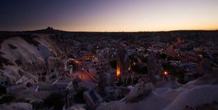 Goreme Stadt in der Türkei bis zum Nacht am Sonnenuntergang Lizenzfreies Stockbild