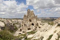 GOREME TURCJA, MAJ, - 06, 2015: Fotografia góra krajobraz z zawala się w skałach w parku narodowym Goreme Zdjęcie Stock