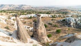Goreme by, Turkiet Lantligt Cappadocia landskap Stenhus av Cappadocia Arkivfoto