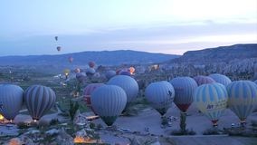 Goreme, Turquía - 17 DE ABRIL DE 2018: Comienzo de los globos del aire caliente en la salida del sol, Cappadocia almacen de metraje de vídeo