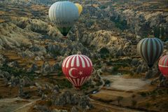 GOREME, TURQUÍA: Los globos coloridos del aire caliente vuelan sobre Cappadocia, Goreme, Anatolia central, Turquía La aerostación foto de archivo