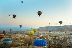 GOREME, TURQUÍA: Los globos coloridos del aire caliente vuelan sobre Cappadocia, Goreme, Anatolia central, Turquía La aerostación imágenes de archivo libres de regalías