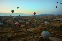 GOREME, TURQUÍA: Los globos coloridos del aire caliente vuelan sobre Cappadocia, Goreme, Anatolia central, Turquía La aerostación fotografía de archivo