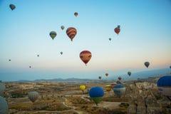 GOREME, TURQUÍA: Los globos coloridos del aire caliente vuelan sobre Cappadocia, Goreme, Anatolia central, Turquía La aerostación imagenes de archivo
