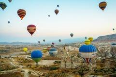 GOREME, TURQUÍA: Los globos coloridos del aire caliente vuelan sobre Cappadocia, Goreme, Anatolia central, Turquía La aerostación fotos de archivo libres de regalías