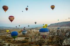 GOREME, TURQUÍA: Los globos coloridos del aire caliente vuelan sobre Cappadocia, Goreme, Anatolia central, Turquía La aerostación imagen de archivo libre de regalías