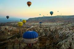 GOREME, TURQUÍA: Los globos coloridos del aire caliente vuelan sobre Cappadocia, Goreme, Anatolia central, Turquía La aerostación fotos de archivo