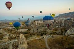 GOREME, TURQUÍA: Los globos coloridos del aire caliente vuelan sobre Cappadocia, Goreme, Anatolia central, Turquía La aerostación foto de archivo libre de regalías