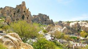 Goreme, Turquia - 16 DE ABRIL DE 2018: Multidão de povos no museu do ar livre, Cappadocia, Turquia video estoque