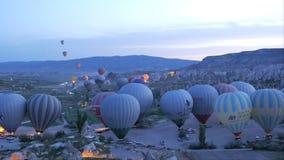 Goreme, Turquie - 17 AVRIL 2018 : Début des ballons à air chauds dans le lever de soleil, Cappadocia banque de vidéos