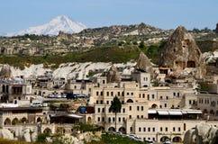 Goreme und Spitze des Bergs Erciyes altes Argaeus bedeckt mit dem Schnee, Cappadocia, die Türkei, zentrales Anatolien Stockfotos
