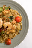 Goreng de Mie, plat épicé indonésien célèbre frit de nouille de crevette rose de fruits de mer de tomate d'oeufs d'ail d'échalote Photographie stock libre de droits