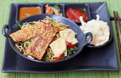 Goreng Mi, кухня goreng mee индонезийская, пряный stir зажарило лапши с и ассортимент азиатских соусов Стоковая Фотография