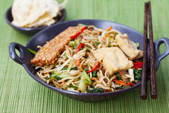 Goreng Mi, кухня goreng mee индонезийская, пряный stir зажарило лапши с и ассортимент азиатских соусов Стоковые Фотографии RF