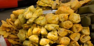 Gorengan或被油炸的快餐作为一个喜爱和非常普遍在印度尼西亚 免版税库存照片
