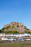 Gorey met het Kasteel van Mont Orgueil, Jersey, het UK Royalty-vrije Stock Afbeeldingen
