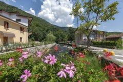 Gorgazzo,波代诺内,意大利 有河利文扎和它的春天的全景 库存图片