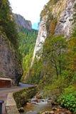 Gorge de Bicaz et peu de fleuve Photographie stock