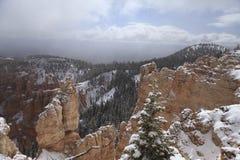 Gorge de Bryce dans la neige en mai 2011, les États-Unis. Image stock