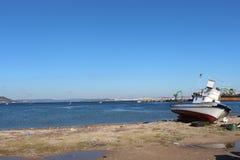 Gorge de Canakkale et bateau de pêche photo stock