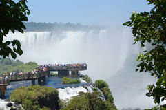Gorge de diables de visionnement de gens dans Iguazu Falls Photographie stock libre de droits