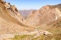 Gorge de montagne sur le fond du ciel Photographie stock libre de droits