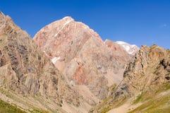 Gorge de montagne sur le fond du ciel Images stock