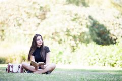 Gorgeous beautiful young woman reading a book in the pak Royalty Free Stock Photos