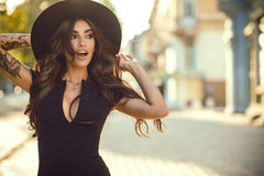 Free Gorgeous Glam Tattooed Lady Holding Her Trendy Fedora Hat For It Not To Be Blown Away, Her Mouth Open With Surprise Royalty Free Stock Photography - 98041877