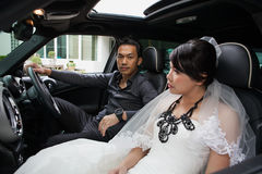 Gorgeous wedding couple in car Royalty Free Stock Photography