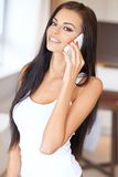 Gorgeous young woman chatting on her mobile Royalty Free Stock Images