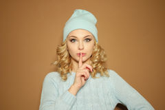 Gorgeous young woman making a shushing gesture Royalty Free Stock Photography
