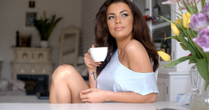 Gorgeous young woman sitting drinking coffee Royalty Free Stock Photos