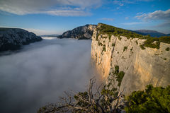 Gorges du Verdon sobre las nubes de la mañana Fotos de archivo