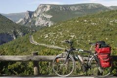 Gorges du Verdon y bicicleta con los bolsos rojos Imagen de archivo libre de regalías