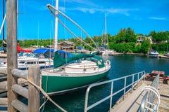 gorgeuos kształtują teren morskiego widok z jachtami i łodziami w jeziorze Zdjęcia Royalty Free