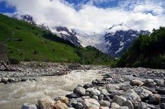 Gorgeus冰川Tetnuldi在有河的乔治亚 免版税库存照片