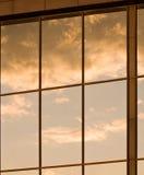 Gorgeus Abendhimmel, der im goldenen getonten Gewinn sich reflektiert Stockfotografie