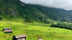 Gorgit średniogórze z starymi domami i zieloną doliną w Blacksea regionie, Artvin, Turcja zbiory