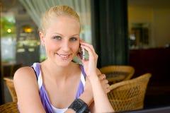 Gorgoeus junge blonde Unterhaltung auf ihrem Mobiltelefon. Lizenzfreie Stockfotos