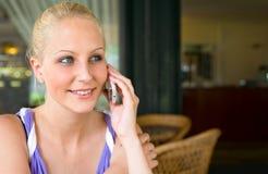 Gorgoeus junge blonde Unterhaltung auf ihrem Mobiltelefon. Stockbild