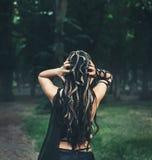 Gorgon水母、辫子头发和金黄蛇,从后面的特写镜头画象的图象没有面孔 妇女显示 免版税库存照片