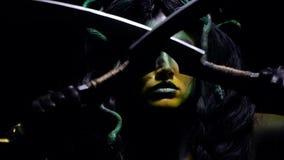 Gorgon水母横渡她的在她的面孔前面的剑 股票录像