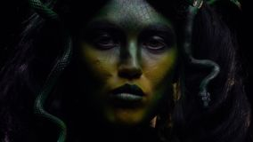 Gorgon legendário engole uma serpente e lambe seus bordos vídeos de arquivo