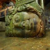 Gorgon Medusa huvud i underjordisk basilikacistern de största forntida vattenbehållarna, Istanbul, Turkiet Royaltyfri Foto