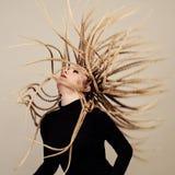Gorgon medusa i fängelsehåla Ung kvinna med den idérika fantasifrisyren Arkivfoto